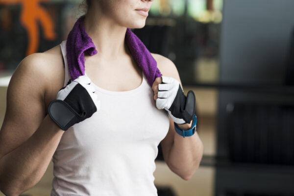 Sử dụng găng tay tập gym sẽ hỗ trợ bạn tối đa trong việc nâng tạ, giảm đau và chai tay